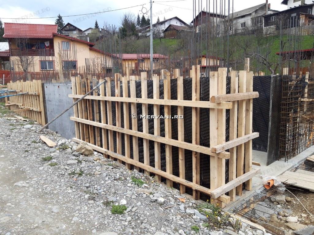Stadiul lucrarilor pe 25.04.2019 la proiectul imobiliar Sunny view Busteni din Busteni. Fundatie + elevatie demisol.