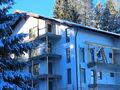 Stadiul lucrarilor pe 21.12.2016 la proiectul imobiliar Cioplea Best View din Predeal. Cladirea este ridicata complet, acoperisul este montat, tamplaria si geamurile, fatada finalizata.. (Fotografia 4)